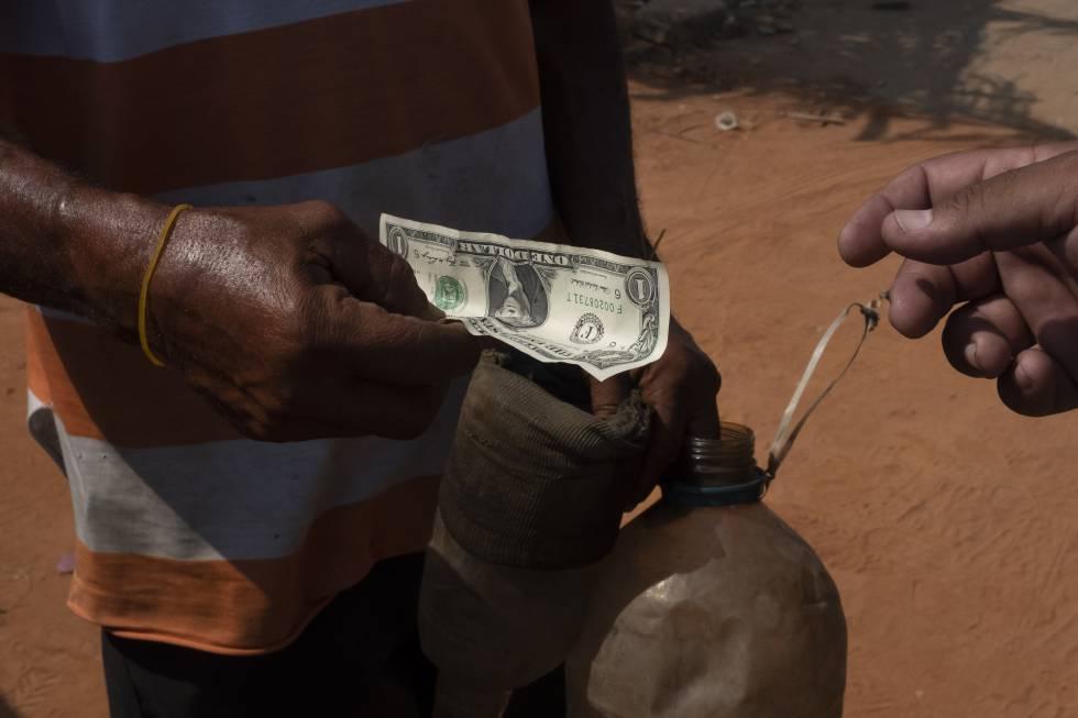 Venta clandestina de gasolina a las afueras de Maracaibo.