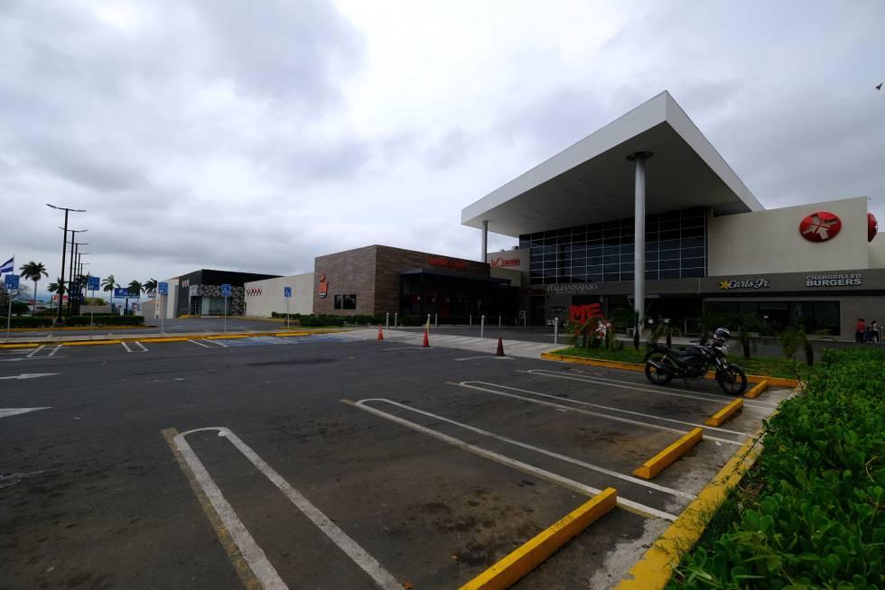 Un centro comercial cerrado en Managua durante la huelga general convocada por la oposición.