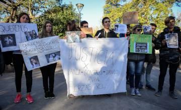 Amigos de los adolescentes muertos marchan frente la comisaría de San Miguel del Monte para exigier la detención de los policías,