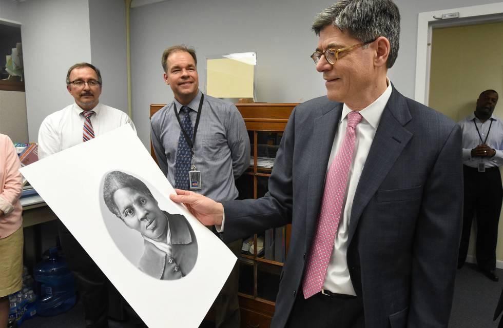 El ex secretario del Tesoro Jacob Lew con un grabado de Harriet Tubman.