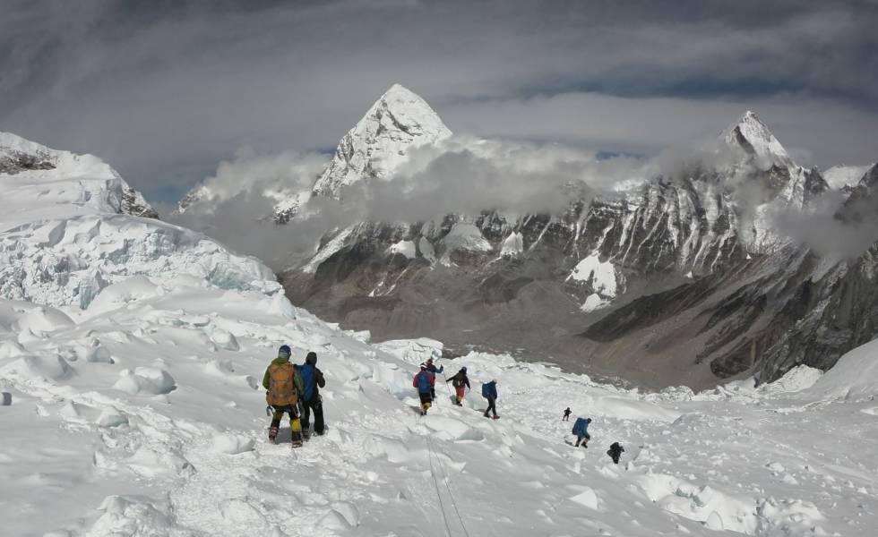 Varios alpinistas caminan cerca del Everest.