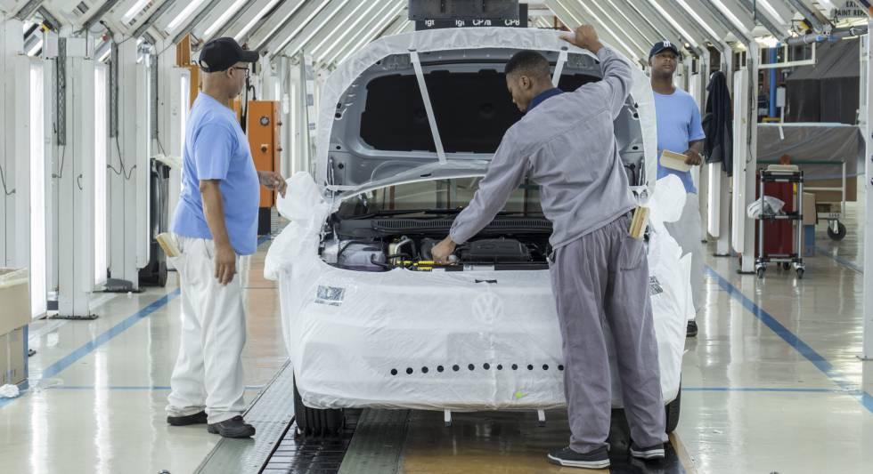 Empleados de una planta automovilística en Uitenhage (Sudáfrica), el día 10.
