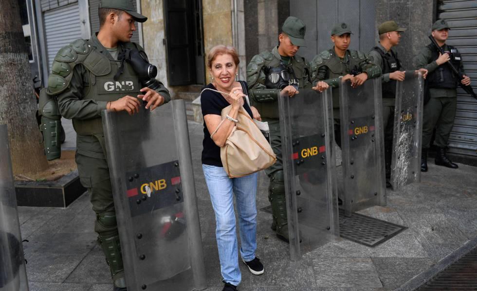 Oficiales de la Guardia Nacional Bolivariana bloquean el ingreso al Parlamento de Venezuela, en Caracas.
