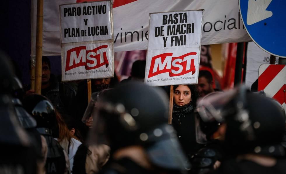 Protesta contra el Gobierno de Mauricio Macri en el centro de Buenos Aires.
