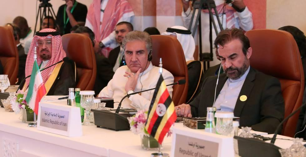 El representante iraní, Reza Najafi (derecha), durante la reunión preparatoria de las tres cumbres, celebrada este jueves en Yeddah.