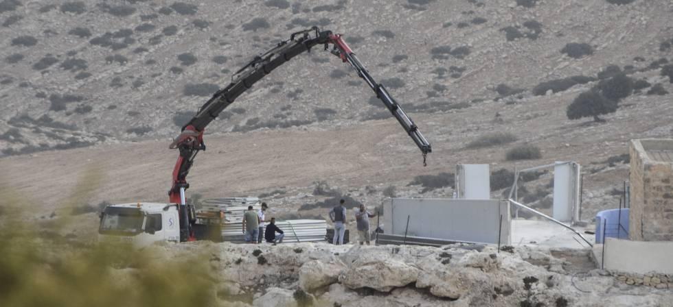 Foto cedida por la ONG israelí B'Tselem en la que se observa la demolición de la escuela de Ibziq en octubre de 2018.