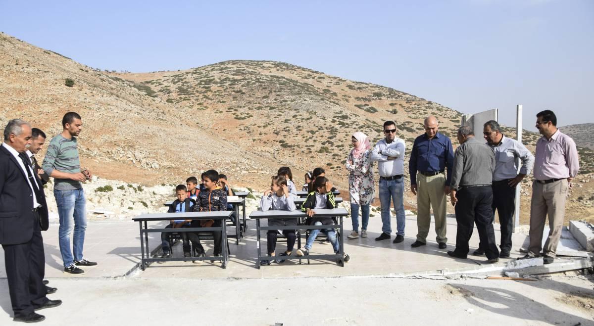 Alumnos de la localidad palestina de Ibziq dan clase en el solar de las aulas desmanteladas por el Ejército de Israel, en octubre de 2018. Imagen cedida por la ONG B'Tselem.