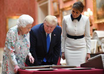 Isabel II de Inglaterra muestra a Donald y Melania Trump una colección de objetos estadounidenses, este lunes en el palacio de Buckingham.