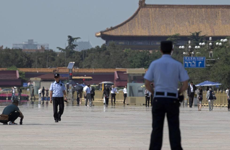Varios agentes de policía vigilan la plaza de Tiananmen en Pekín el 3 de junio.