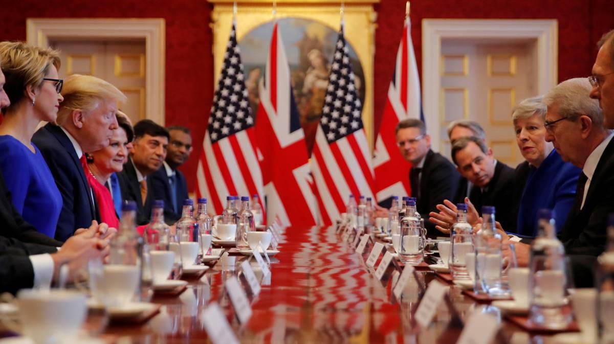 Reunión del presidente de EE UU, Donald Trump, con la primera ministra Theresa May y un grupo de empresarios en el palacio de San James este martes en Londres.