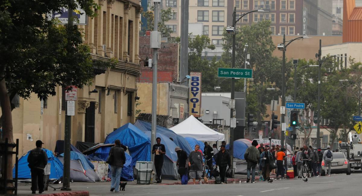 Tiendas de campaña en las calles de Skid Row, en Los Ángeles, este martes.