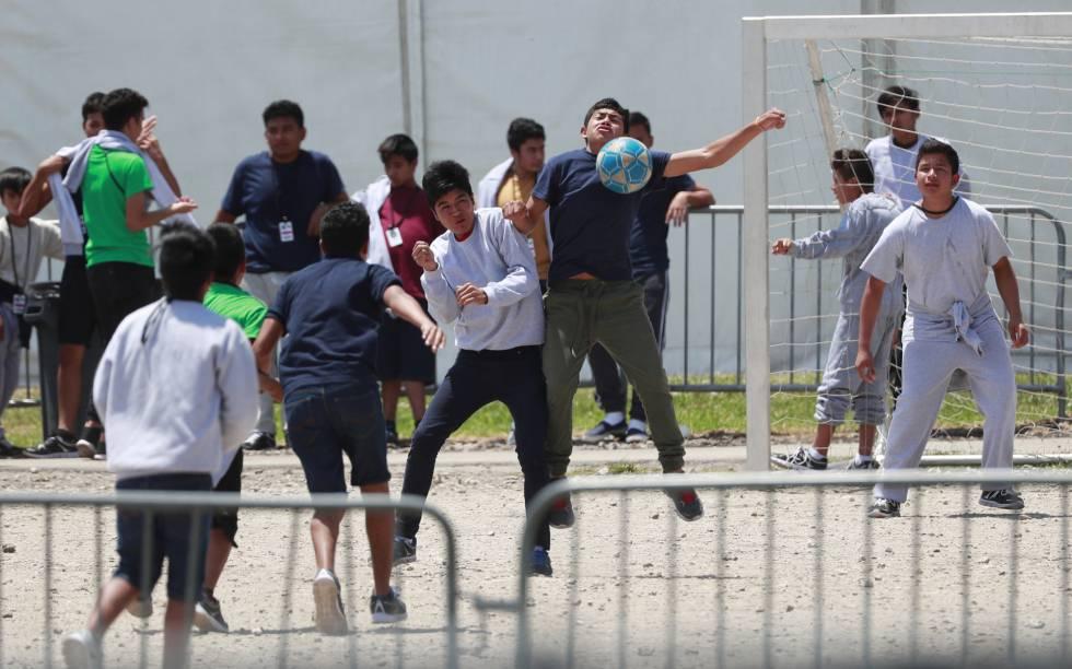Menores inmigrantes juegan al fútbol en un refugio temporal de Homestead, Florida.