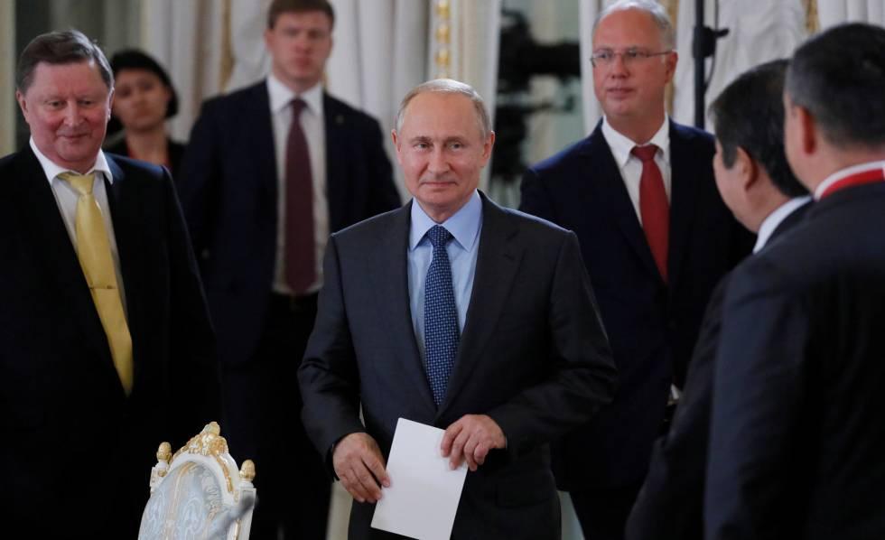 El presidente ruso, Vladímir PUtin, junto a varios funcionarios y empresarios en una reunión en los márgenes del Foro de San Petersburgo, este jueves.