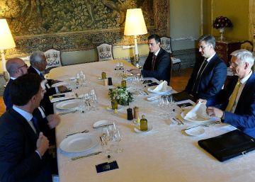Desde la izquierda, en primer término el holandés Mark Rutte, el belga Charles Michel, el portugués António Costa, Pedro Sánchez, el croatarn Andrej Plenkovic y el letón Arturs Karins, durante la cena informal de este viernes, en Bruselas.