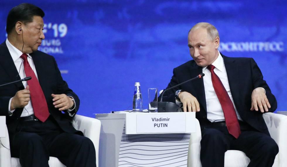 El presidente chino, Xi Jinping, con su homólogo ruso, Vladimir Putin, este viernes en San Petesburgo.