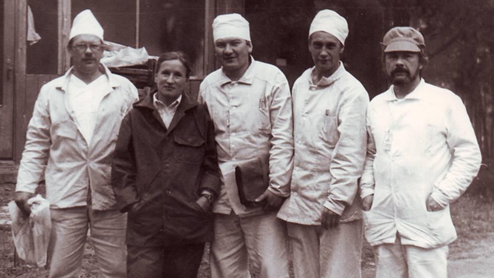 A cientista Elena Kozlova ao lado de 'liquidadores' na central de Chernobyl, em junho de 1986.