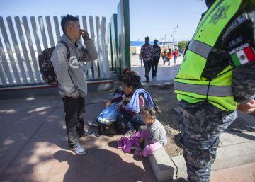 Migrantes en el cruce fronterizo El Chaparral, en Tijuana, este domingo.