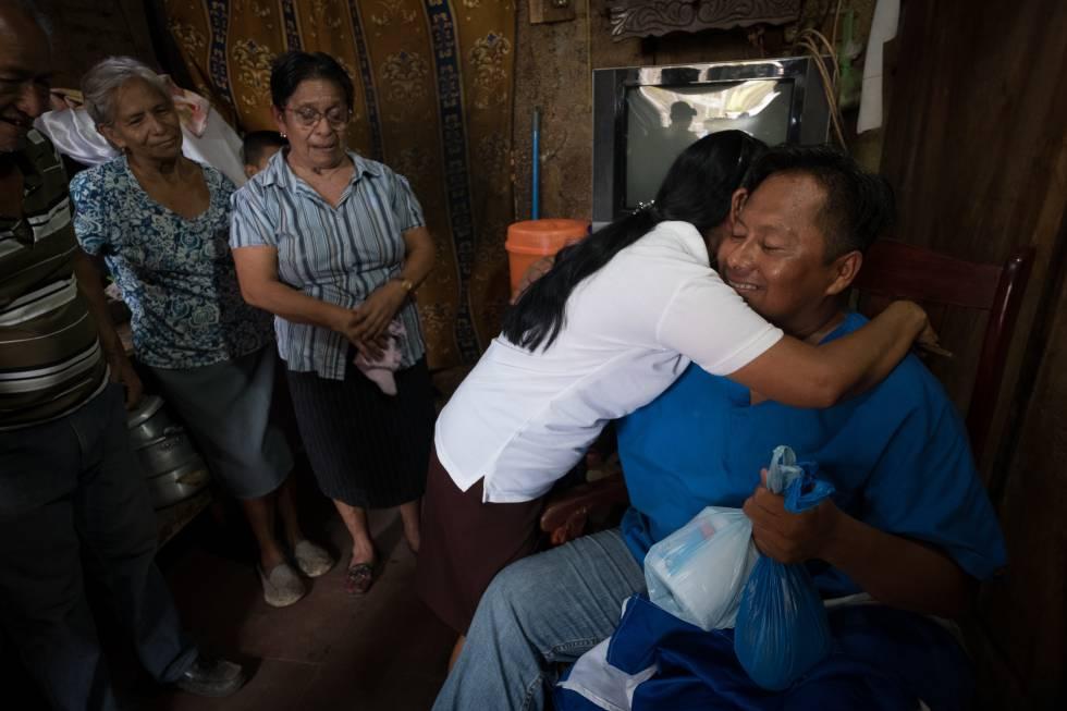 El profesor Gabriel Putoy es recibido por familiares y amigos en Masaya, luego de ser excarcelado por el régimen de Daniel Ortega.