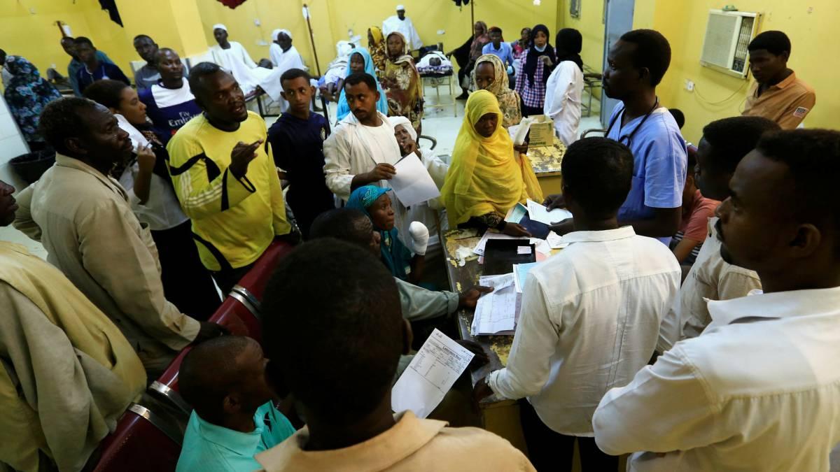 Familiares de víctimas de las protestas en Sudán escuchan al médico en un hospital de Jartum el pasado lunes.