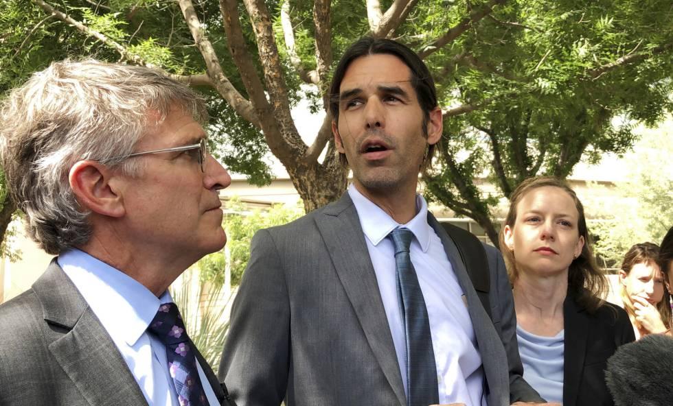 Scott Warren, en el centro, a la salida del juzgado de Tucson el martes.