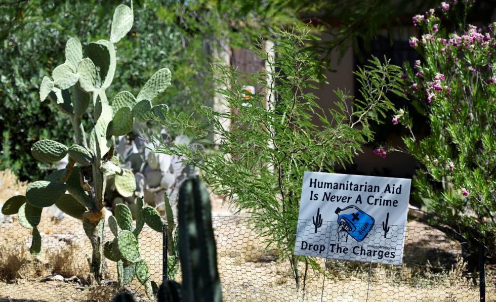 Un cartel en solidaridad con No Más Muertes en una casa de Tucson reza:
