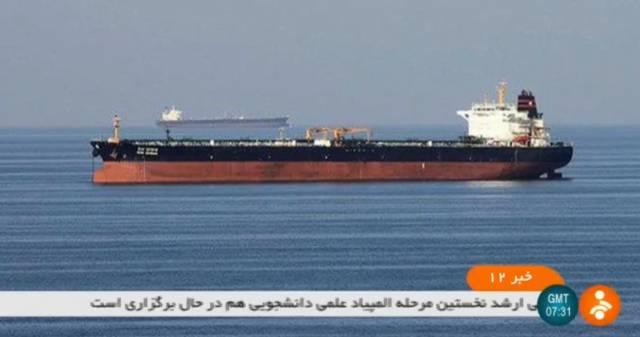 Fotografía sin fecha difundida por la televisión iraní IRNN, en la que aparecen dos petroleros en el golfo de Omán.