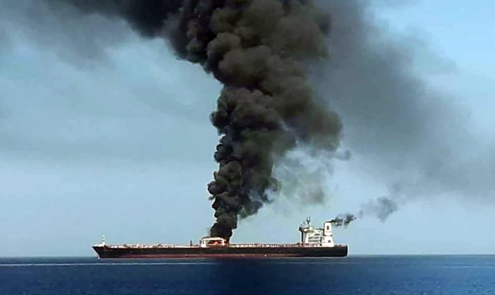 Fotografía sin fecha difundida por la televisión iraní IRIB, en la que aparece uno de los petroleros atacado en el golfo de Omán.