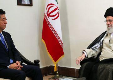 El líder supremo de Irán, Ali Jamenei, y el primer ministro japonés, Shinzo Abe, este jueves en Teherán.rn