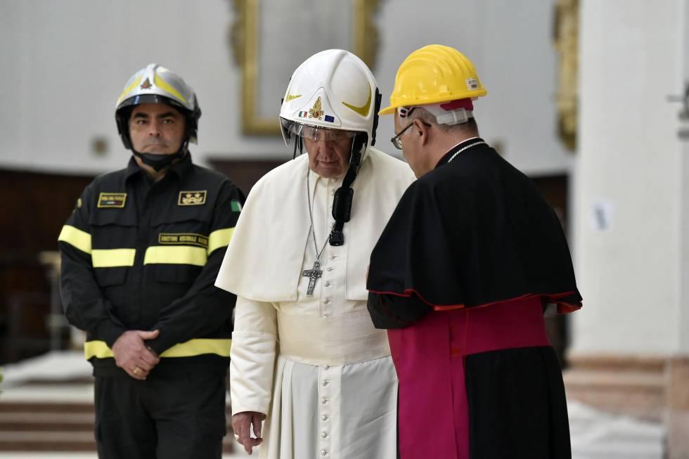 El Papa, con un casco de seguridad en la catedral de Camerino.