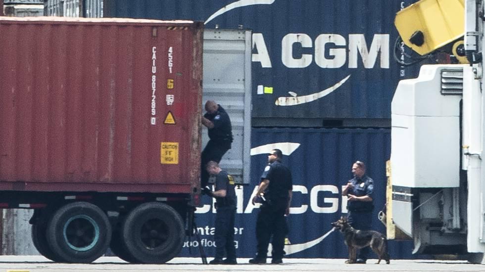 Agentes revisando un contenedor en el puerto de Filadelfia