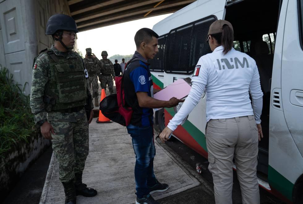 Un migrante detenido este miércoles en el retén de la entrada a Tapachula.