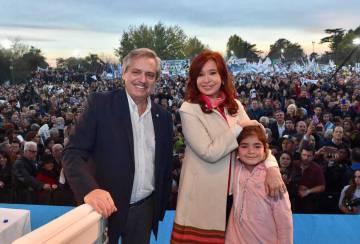 Alberto Fernández y Cristina Fernández de Kirchner el 25 de mayo pasado, durante un acto de campaña en Merlo, Buenos Aires.