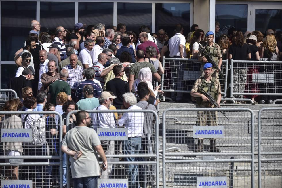 Gendarmes armados vigilan la entrada al tribunal donde tiene lugar el juicio contra los activistas de Gezi, en el complejo penitenciario de Silivri (Estambul).