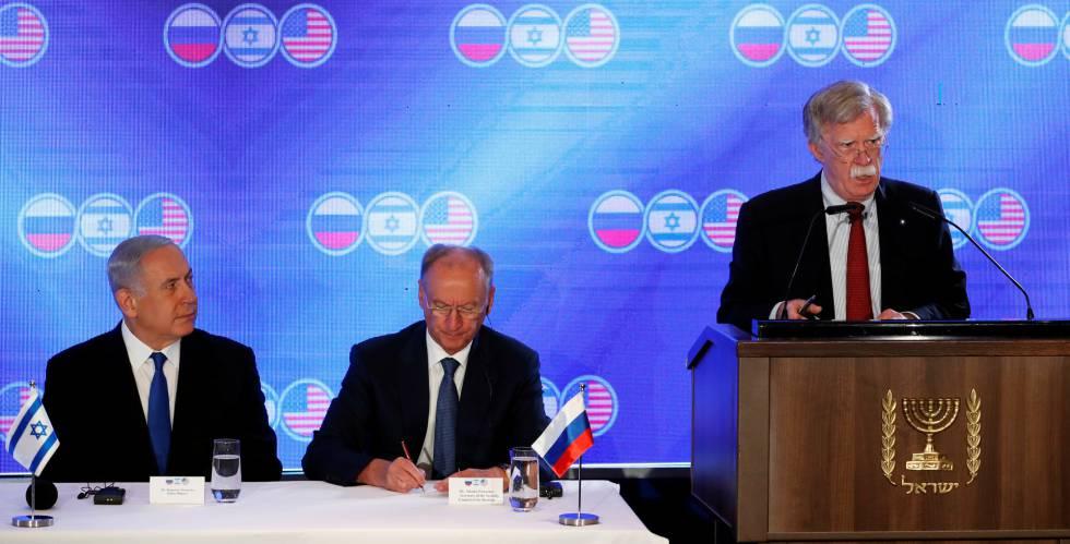 Netanyahu, junto a los consejeros de seguridad de Rusia, Nikolai Patrushov (centro) y de EE UU, John Bolton, el martes en Jerusalén.