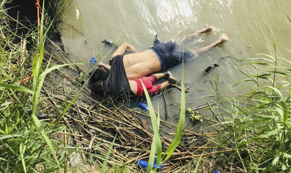 Los cuerpos de Óscar y Valeria Martínez en el río Bravo.