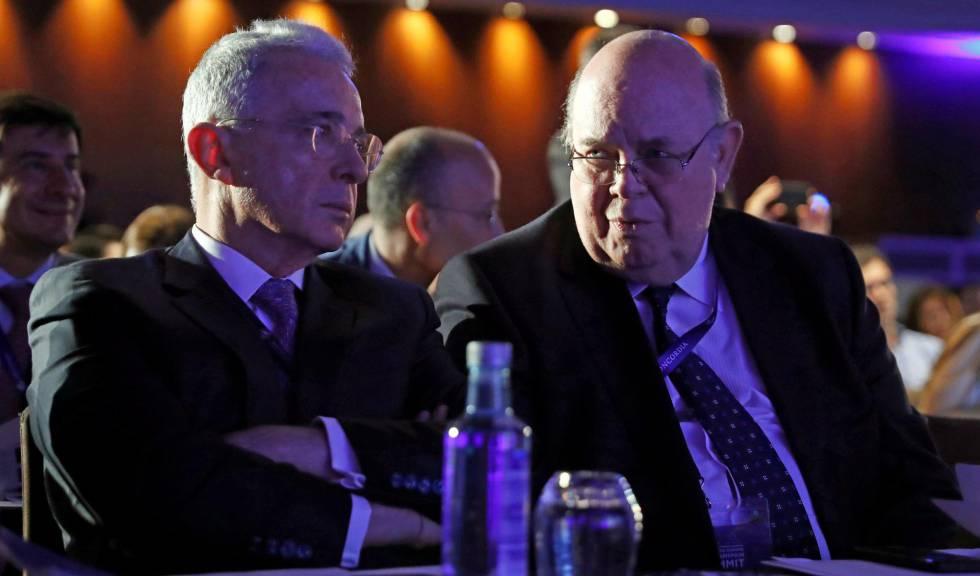 El expresidente de Colombia Álvaro Uribe y Antonio Ecarri, representante en España de Juan Guaidó, en el foro AmCham Spain Summit, este miércoles en Madrid.