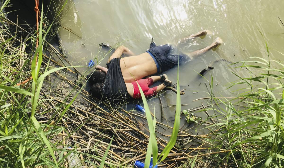 Los cuerpos de Óscar y Valeria Martínez, en el río Bravo.