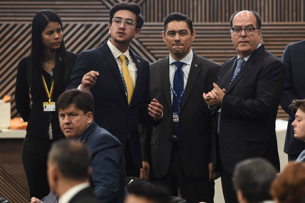 Los enviados de Juan Guaidó a la asamblea general de la OEA Julio Borges, a la derecha, y Carlos Vecchio, junto a él.