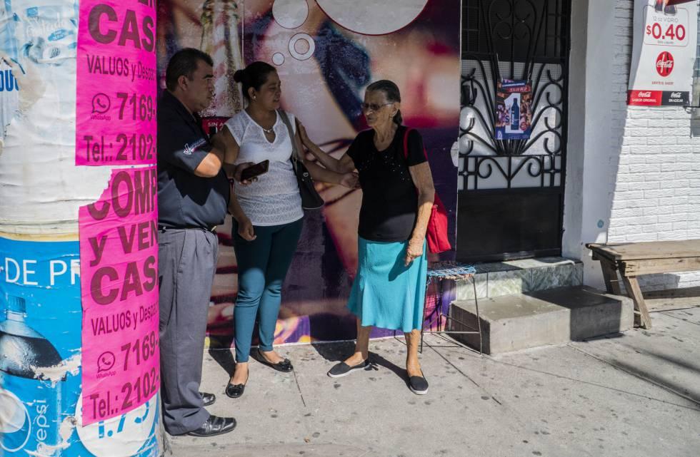 Vecinos de la señora Rosa se acercan a darle sus condolencias.