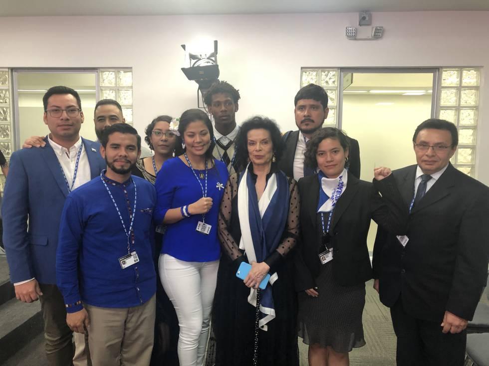 Bianca Jagger, acompañada del grupo de expresos políticos nicaragüenses y el abogado Julio Montenegro durante la asamblea general de la OEA.