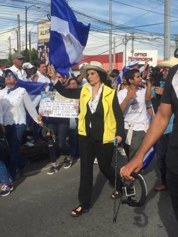 Bianca Jagger, durante una manifestación en Managua junto a Levis Rugama.