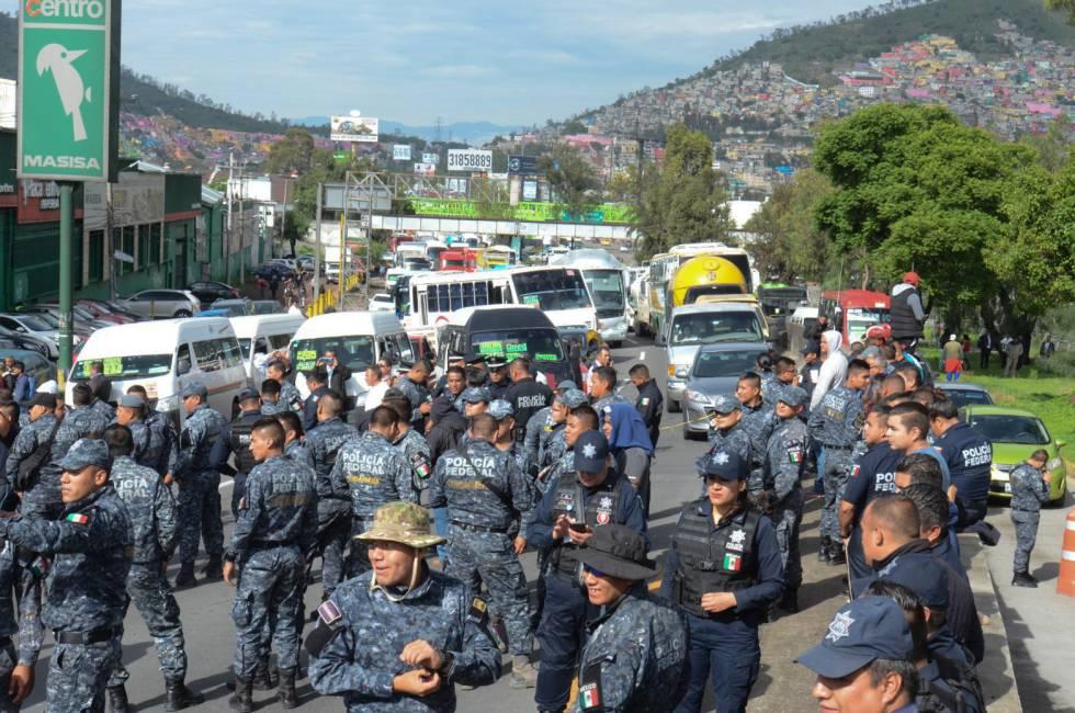 Policías federales bloquean una de las vías de entrada a Ciudad de México.
