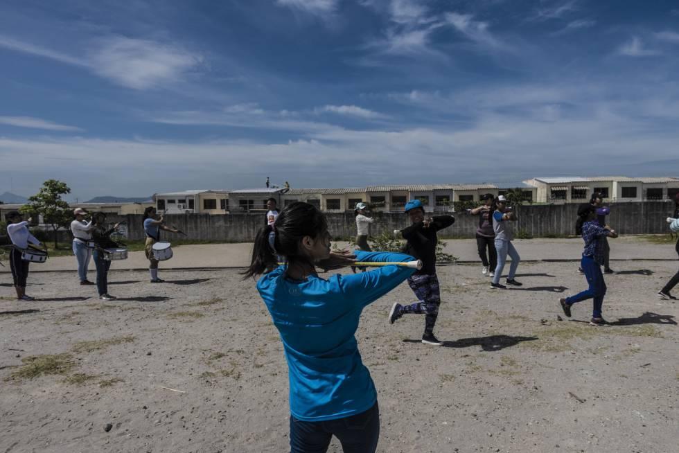 Jóvenes escolares ensayan durante su clase de música en la escuela distrital en el interior de Altavista