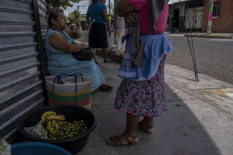 Un grupo de mujeres vecinas de Altavista conversan en la calle mientras venden sus productos.