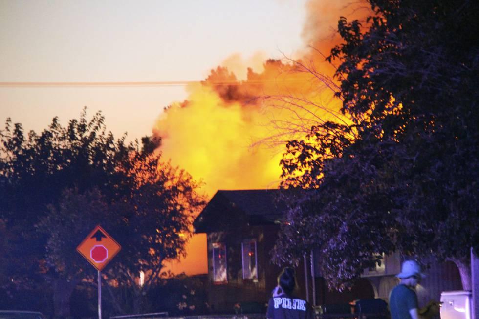 Una casa ardiendo en Ridgecrest, California, tras el terremoto del viernes noche.