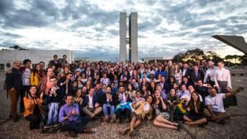 Aspirantes a diputados formados por RenovaBR posan ante el Congreso en Brasilia en una foto cedida por el grupo.