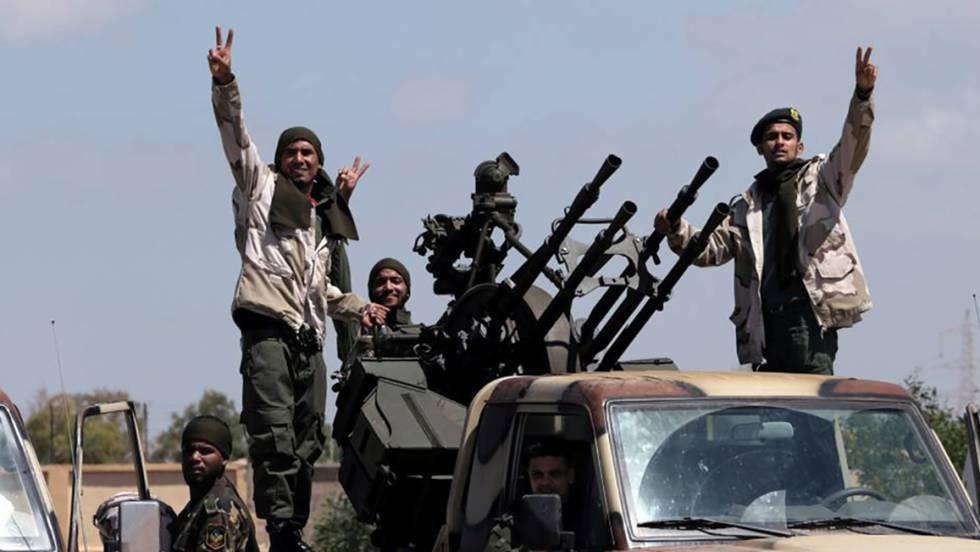 Uniformados del ejército del general rebelde Hafter, en su avance hacia Trípoli en abril pasado.