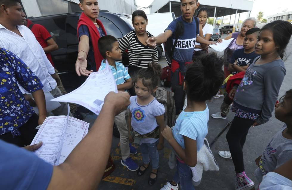 Refugiados reciben información sobre el asilo en el norte de México.