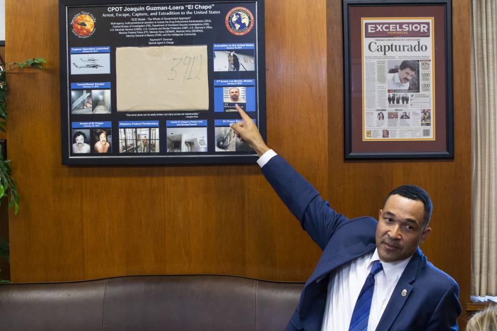 Ray Donovan muestra la camiseta de El Chapo, enmarcada en su despacho.