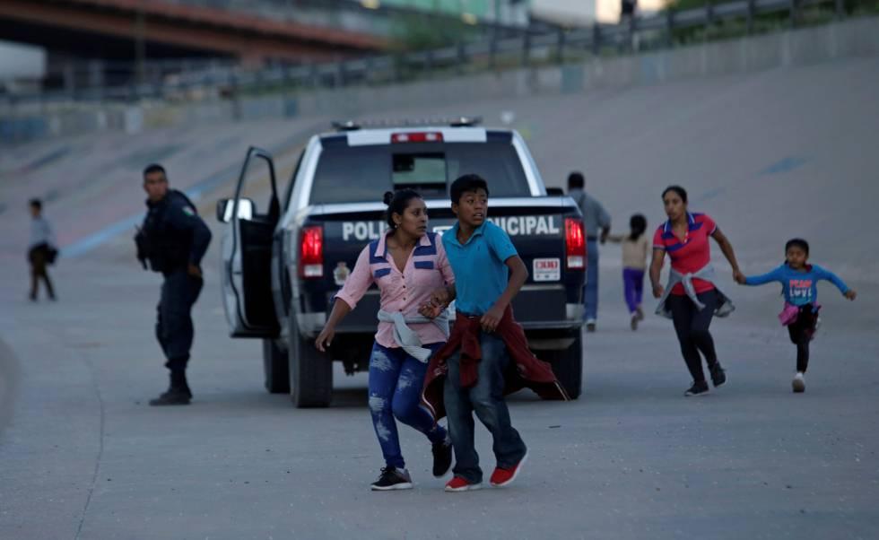 Un grupo de migrantes trate de huir de una patrulla en Ciudad Juárez.